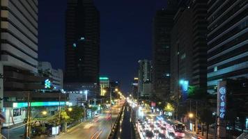 trânsito noturno na sathon road cbd bangkok city video time-lapse