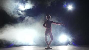 dançarina Bellet dançando no estúdio. silhueta. câmera lenta