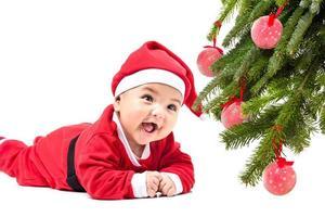 klein babymeisje in rode kerstkleren.