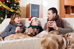 padres e hijo calentando cerca del calentador caliente