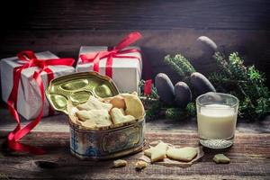 Galletas de jengibre navideñas recién horneadas con leche