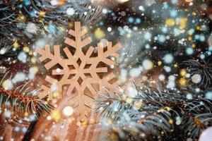 copo de nieve de madera con boke y briht gitter. foto