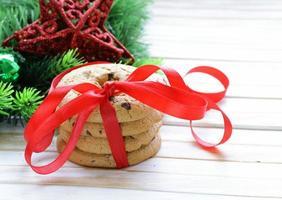 galletas de chocolate con ramas de árboles de navidad y adornos