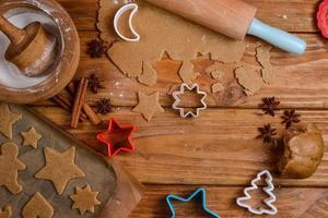 Cortar galletas de navidad en la mesa