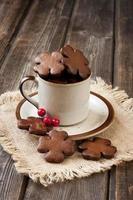 pan de jengibre de navidad en taza de cerámica foto
