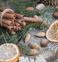 Bodegón navideño con delicioso, almendra, canela. vista superior.