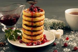 deliciosos panqueques de requesón con mermelada de cerezas, arándanos
