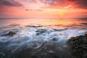 puesta de sol sobre el mar en creta, grecia. foto