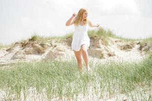 junge Frau an der See photo