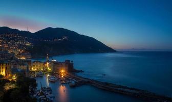 a vila de camogli, itália, ao pôr do sol