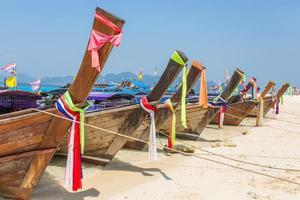Barco de cola larga en la playa tropical de la isla de Poda foto