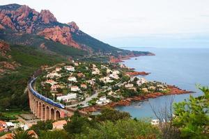 tren de alta velocidad y mar mediterráneo foto
