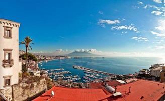 Vista de la bahía de Nápoles desde Posillipo con el mar Mediterráneo - Italia