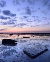 resplandor crepuscular sobre la bahía de saltwick foto