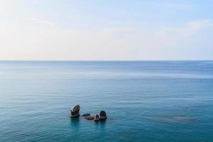mar y piedras tropicales en la playa de lamai. Koh Samui, Tailandia foto