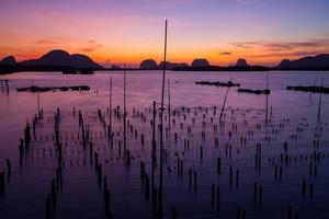Pueblo de pescadores y amanecer en Samchong-Tai, Phangnga, Tailandia
