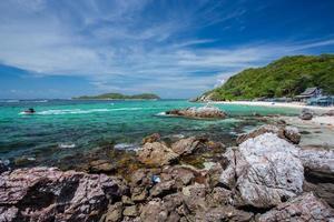 paisaje marino de koh larn tailandia en verano foto