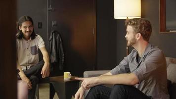 Zeitlupe männlicher Kollegen, die über Geschäfte diskutieren
