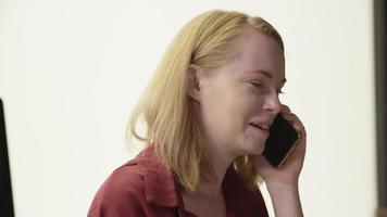 Zeitlupe der Frau am Telefonanruf