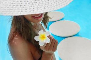 mujer joven, con, flor de buganvilla