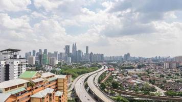 filmagem em HD com lapso de tempo de estrada que leva ao centro da cidade de Kuala Lumpur