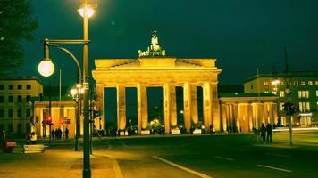 o portão de brandenburgo (brandenburger tor), atração em berlim