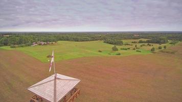 uma torre de vigia de madeira na orla da fazenda video