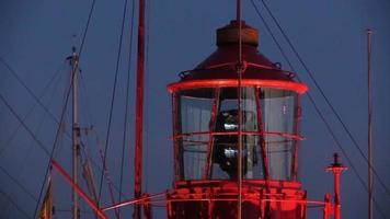 Faro giratorio al atardecer en el puerto video