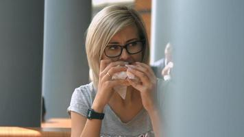 mujer joven comiendo comida rapida