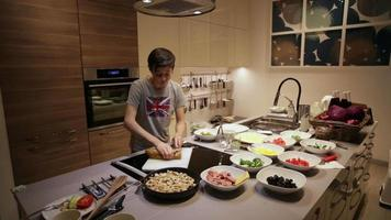 adolescente fazendo um sanduíche na mesa da cozinha video
