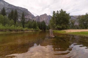 río merced en el parque nacional de yosemite foto