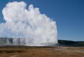 Viejo géiser fiel, parque nacional de Yellowstone.