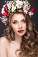 hermosa chica rubia con rizos y corona de flores de color púrpura