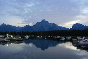 barcos en un lago parque nacional grand teton foto