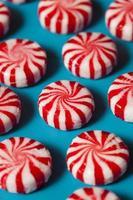 dulce caramelo de menta roja y blanca foto