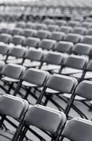 gran grupo de sillas plegables foto
