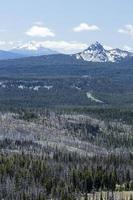 vista a la montaña desde el borde del lago del cráter foto