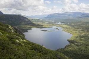 lago nedre leirungen (montaña knutshoe, pa nacional jotunheimen