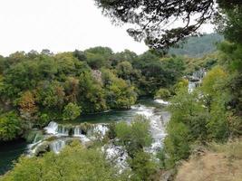 río krka en el parque nacional krka, croacia. foto