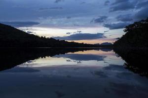puesta de sol en el parque nacional canaima, venezuela.