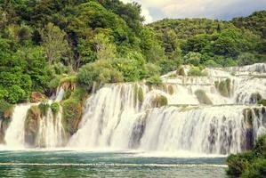 cascada en un parque nacional croata foto