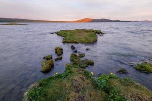 lago thingvellir en puesta del sol, islandia.