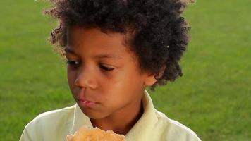 bel ragazzo che mangia hamburger.