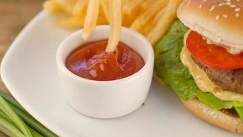 Pommes mit Ketchup und Hamburger