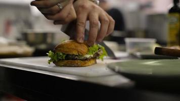 chef fazendo um sanduíche