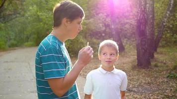 Der Mann und das Kind essen im Park