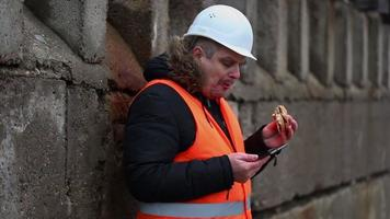 lavoratore con tablet pc e hamburger all'aperto