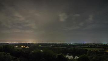 cielo nocturno de verano sobre el lapso de tiempo de hamburgo