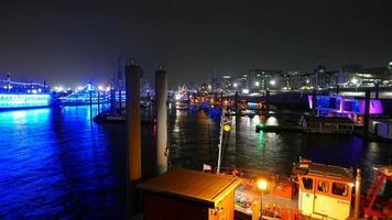 bunter Hamburger Hafen bei Nacht - Zeitrafferaufnahme