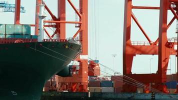 Verladung eines Industrieschiffs video